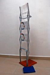 NIVA Easy Rack összehajtható négyrekeszes prospektustartó, fa talppal